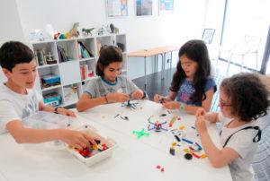 Grupo de niños aprendiendo tecnología en Kidcode